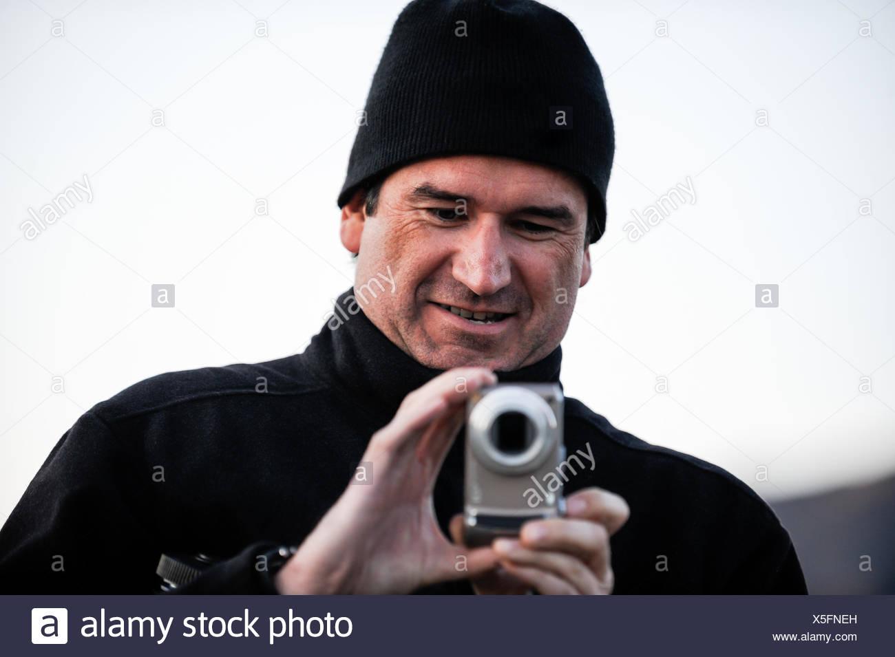 Porträt eines Mannes, der ein Foto Stockbild