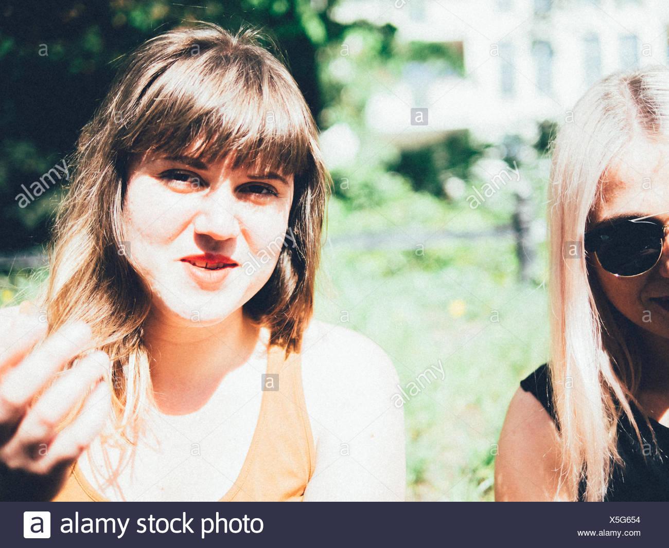 Porträt der lächelnde junge Frau mit Freund Stockbild