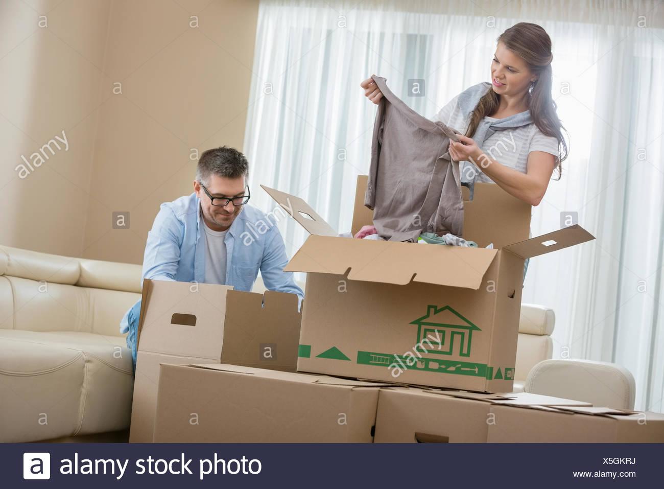 Mid-Adult paar Auspacken der Kartons im neuen Zuhause Stockbild