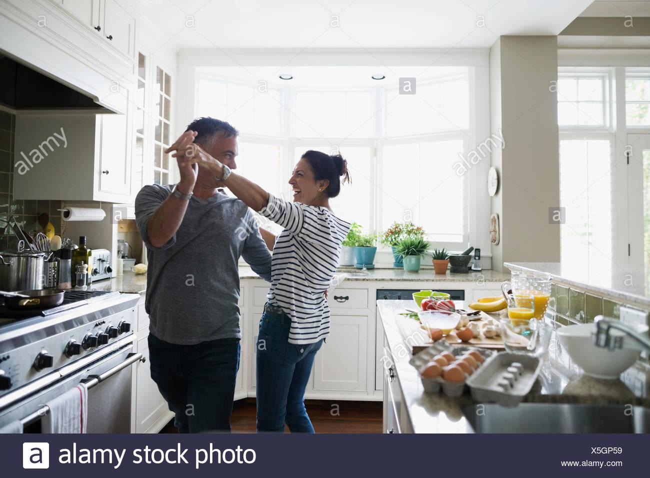 Verspielte Paare tanzen in Küche Stockfoto, Bild: 278807797 - Alamy