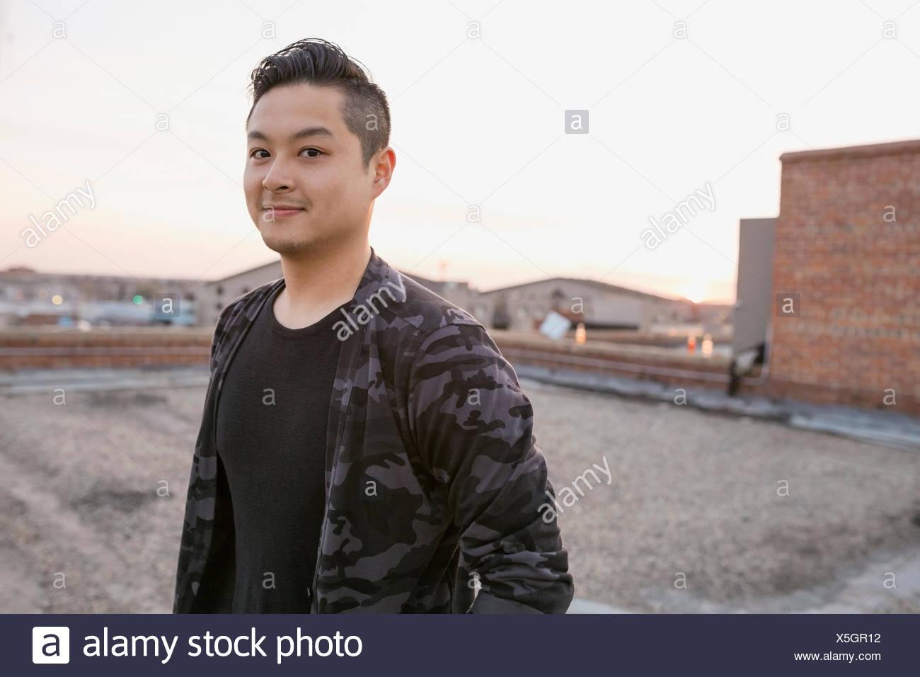 Porträt von lächelnden Mann auf Dach Stockbild