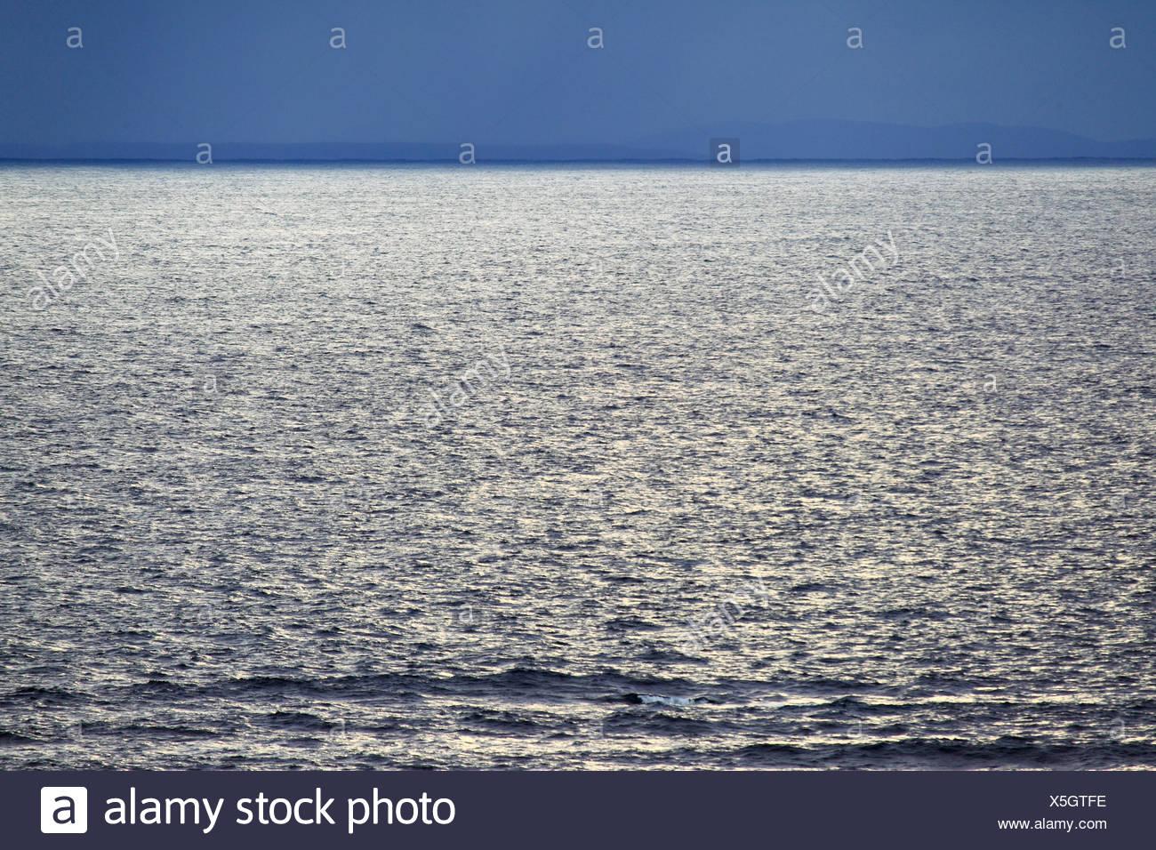 England, Glitzer, hellen Streifen, Silberstreif am Horizont, Meer, Regen, Schottland, Sonnenlicht, UK, Wester Ross, blau, harmonisch Stockbild