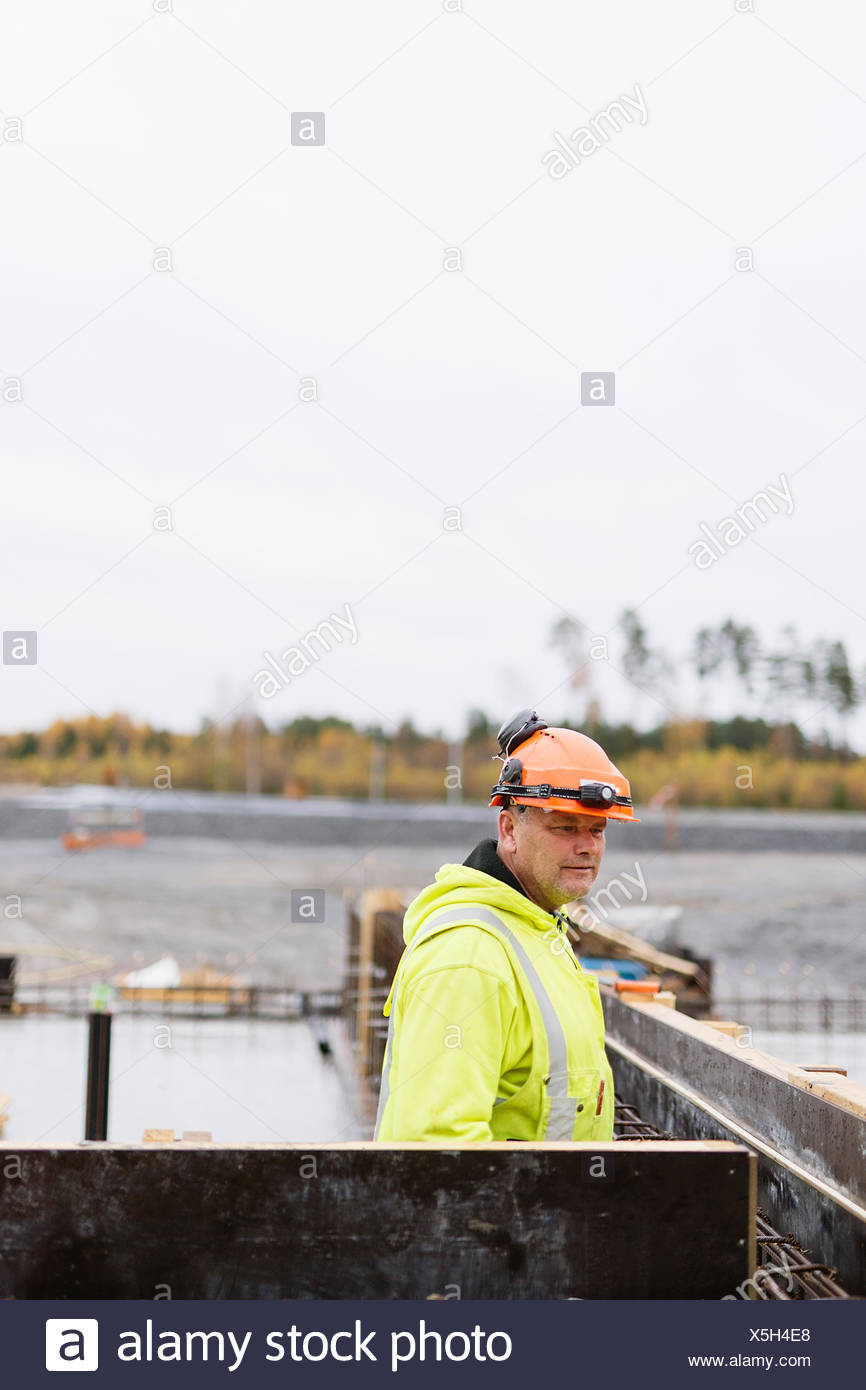 Schweden, Vastmanland, Bauarbeiter wegsehen auf Baustelle Stockbild