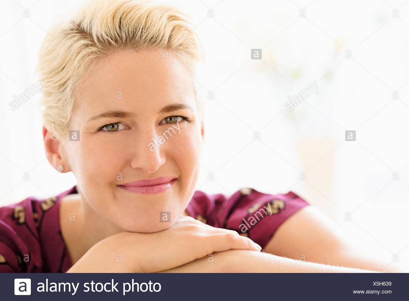 Porträt der jungen Frau im Haus Stockbild