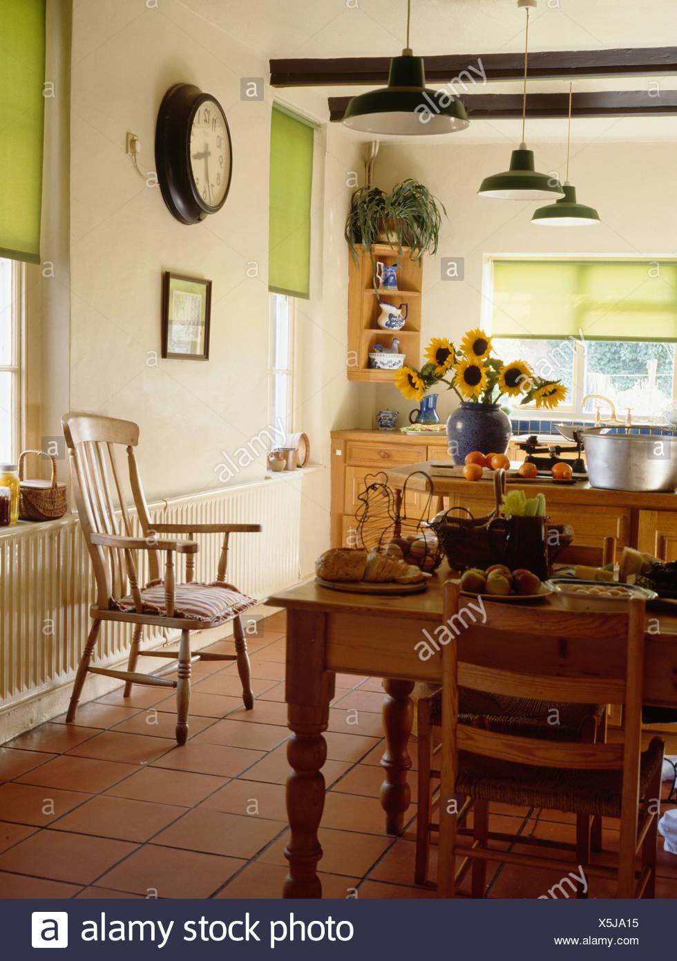 Kiefer, Tisch und Stühle in der Küche mit gefliesten Terrakotta ...