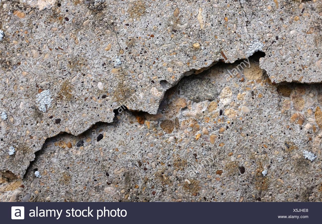 Risse und gebrochene glatte Betonoberfläche Stockbild