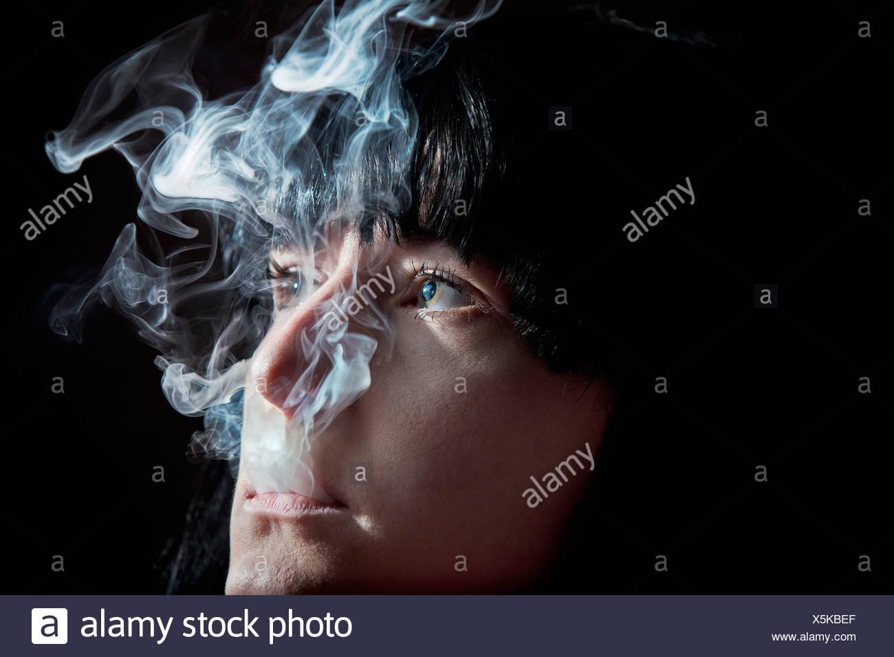 Nahaufnahme von Frau raucht Stockbild