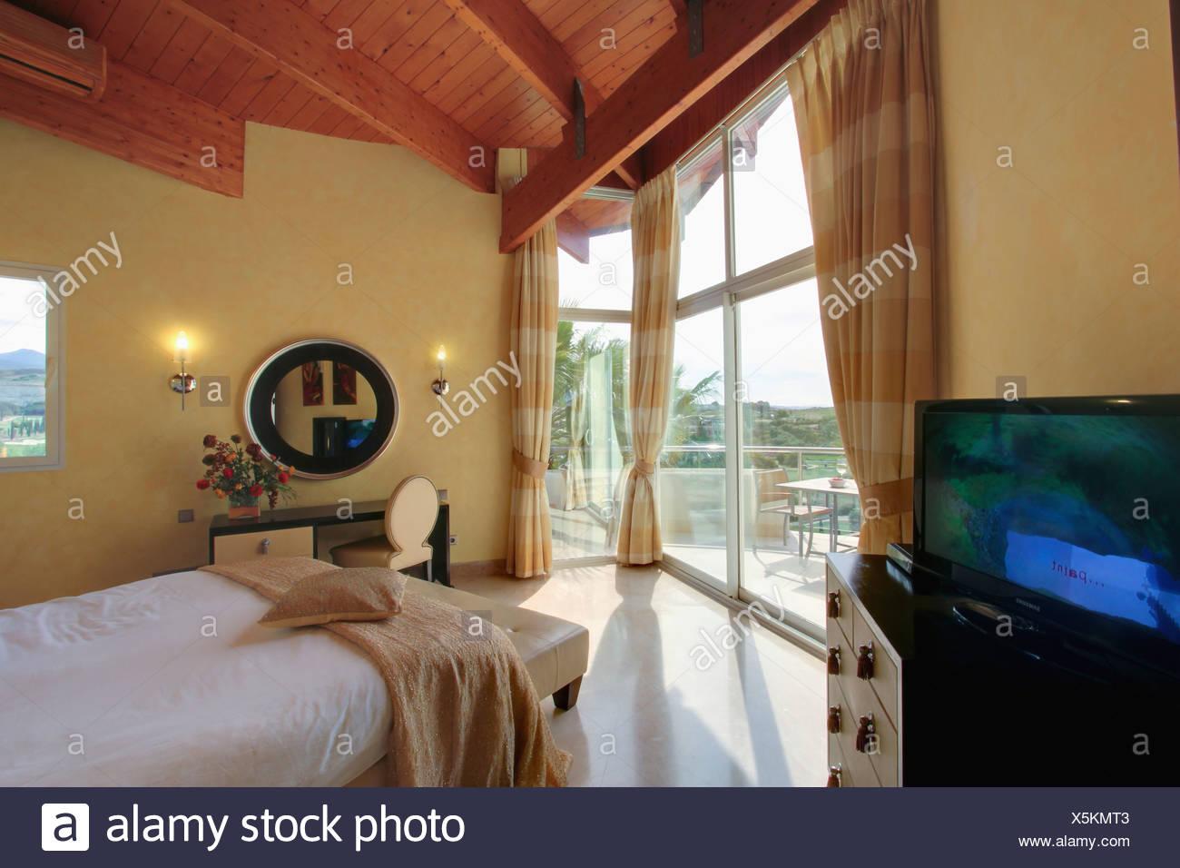 Creme zu werfen, auf Bett im Schlafzimmer moderne spanische Villa ...