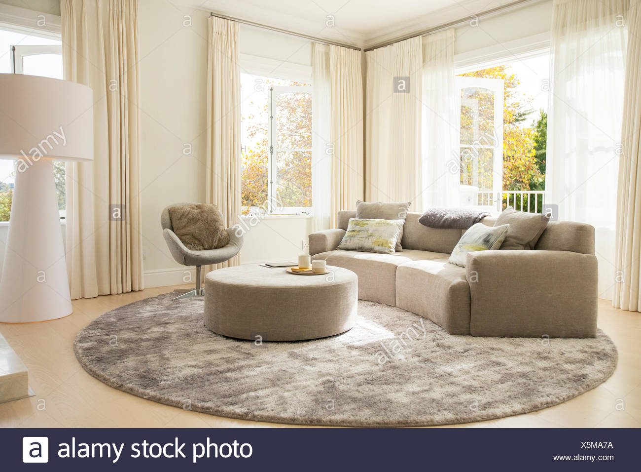 Runder Teppich unter Sofa und Ottomane im Wohnzimmer Stockfoto, Bild ...