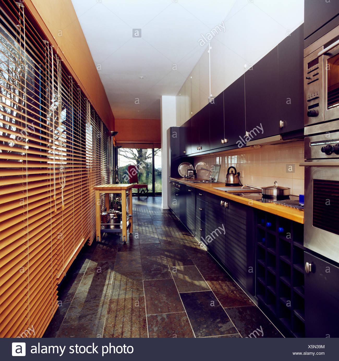 Schieferboden Und Holzerne Jalousien In Moderne Pantry Kuche