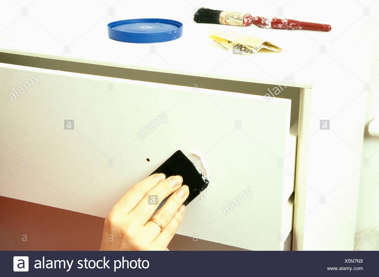 nahaufnahme der hand schmirgeln weiße schublade stockfoto, bild