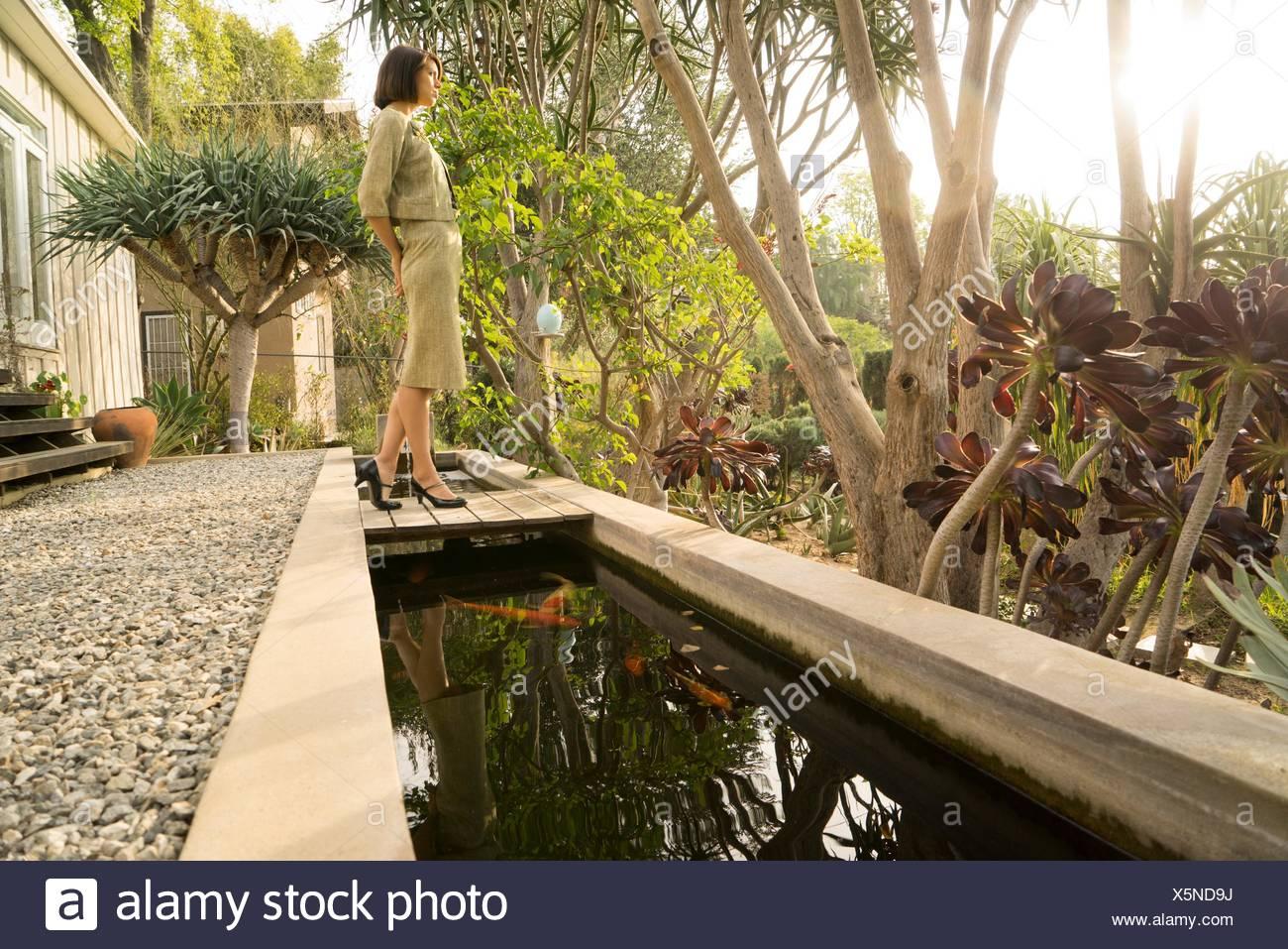 Anspruchsvolle Mitte Erwachsene Frau, Blick vom Garten Stockbild