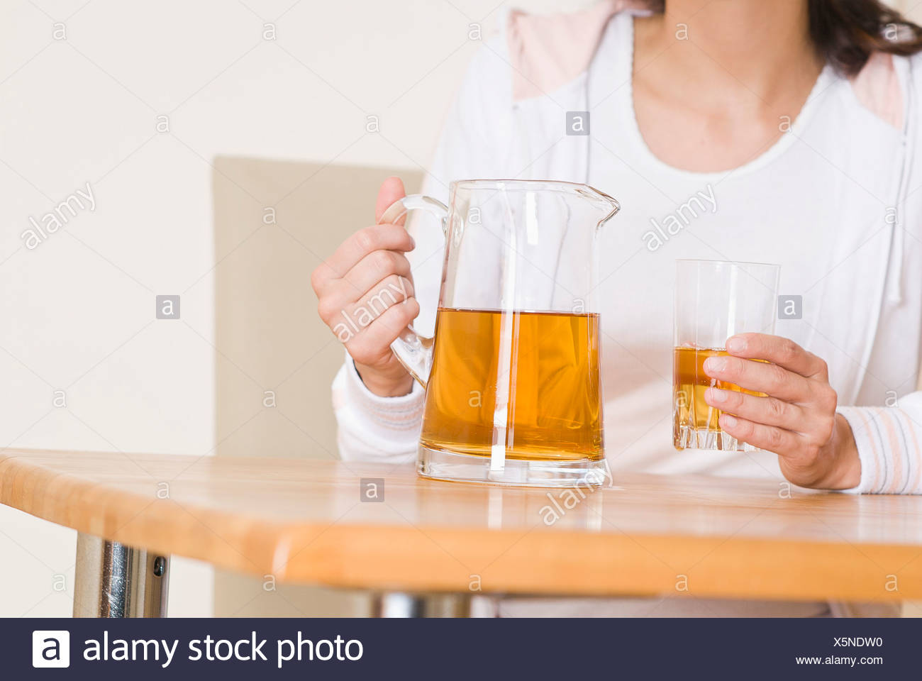 Deutschland, Nordrhein-Westfalen, Düsseldorf, junge Frau mit Getränk ...