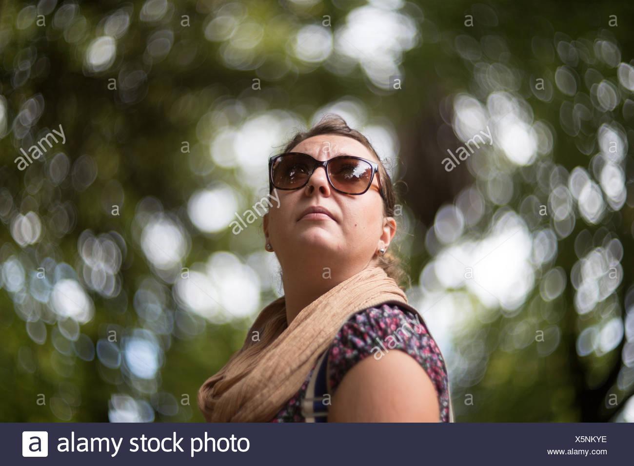 Porträt einer Mitte Erwachsene Frau im park Stockbild