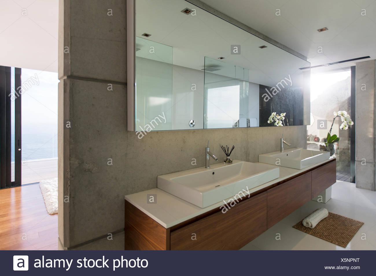 Waschbecken Und Spiegel Im Badezimmer Stockfoto Bild