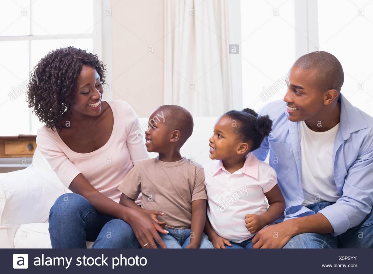 Glückliche Familie zusammen auf der Couch sitzen Stockfoto