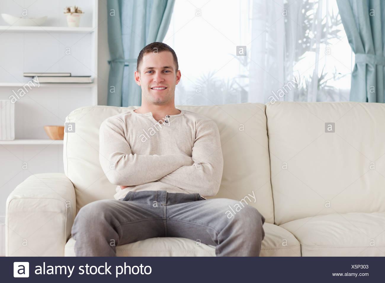 Mann sitzt auf einer couch Stockfoto