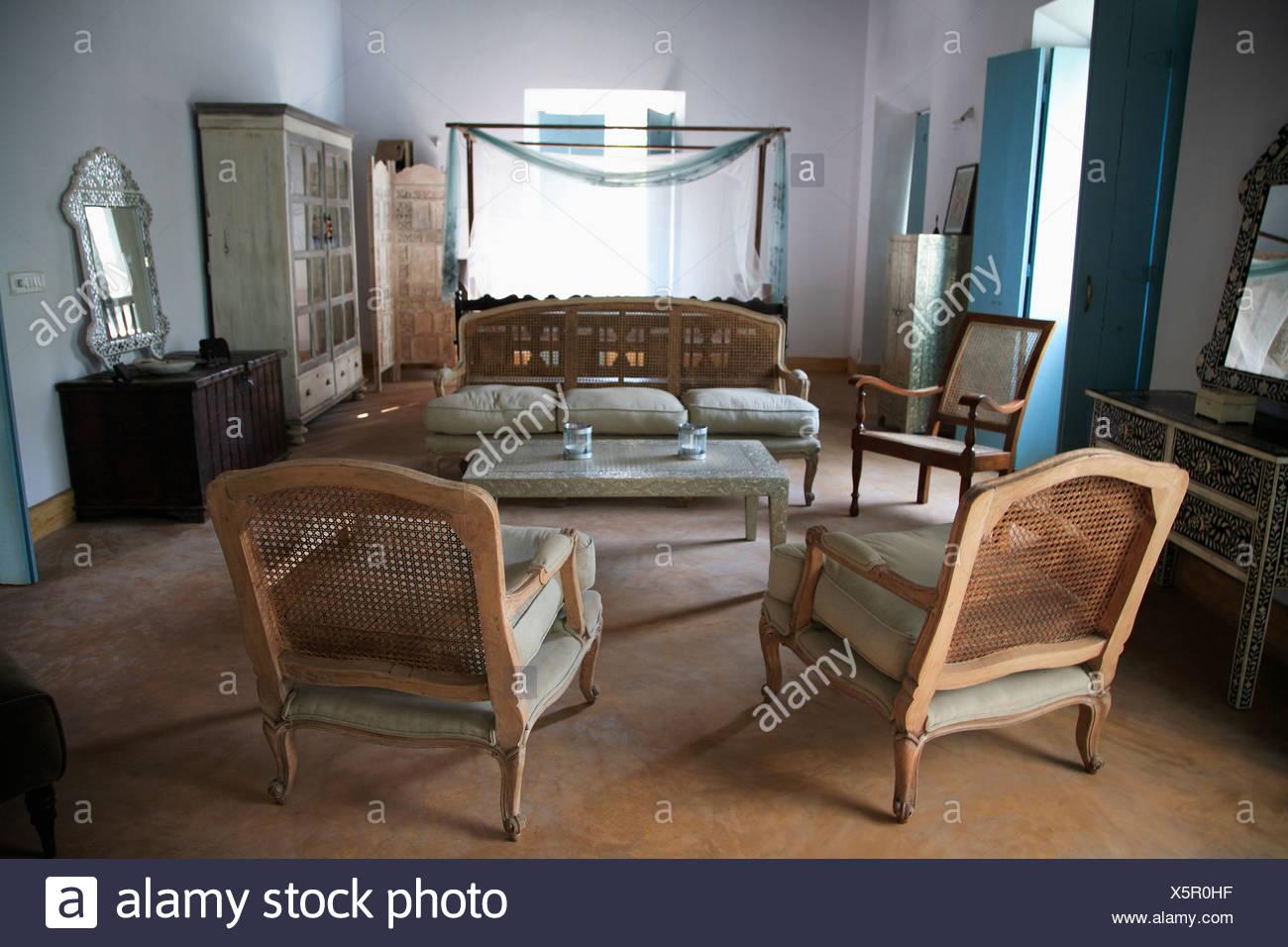Caneback gepolsterte Stühle im kolonialen Stil Wohnzimmer in Indien ...