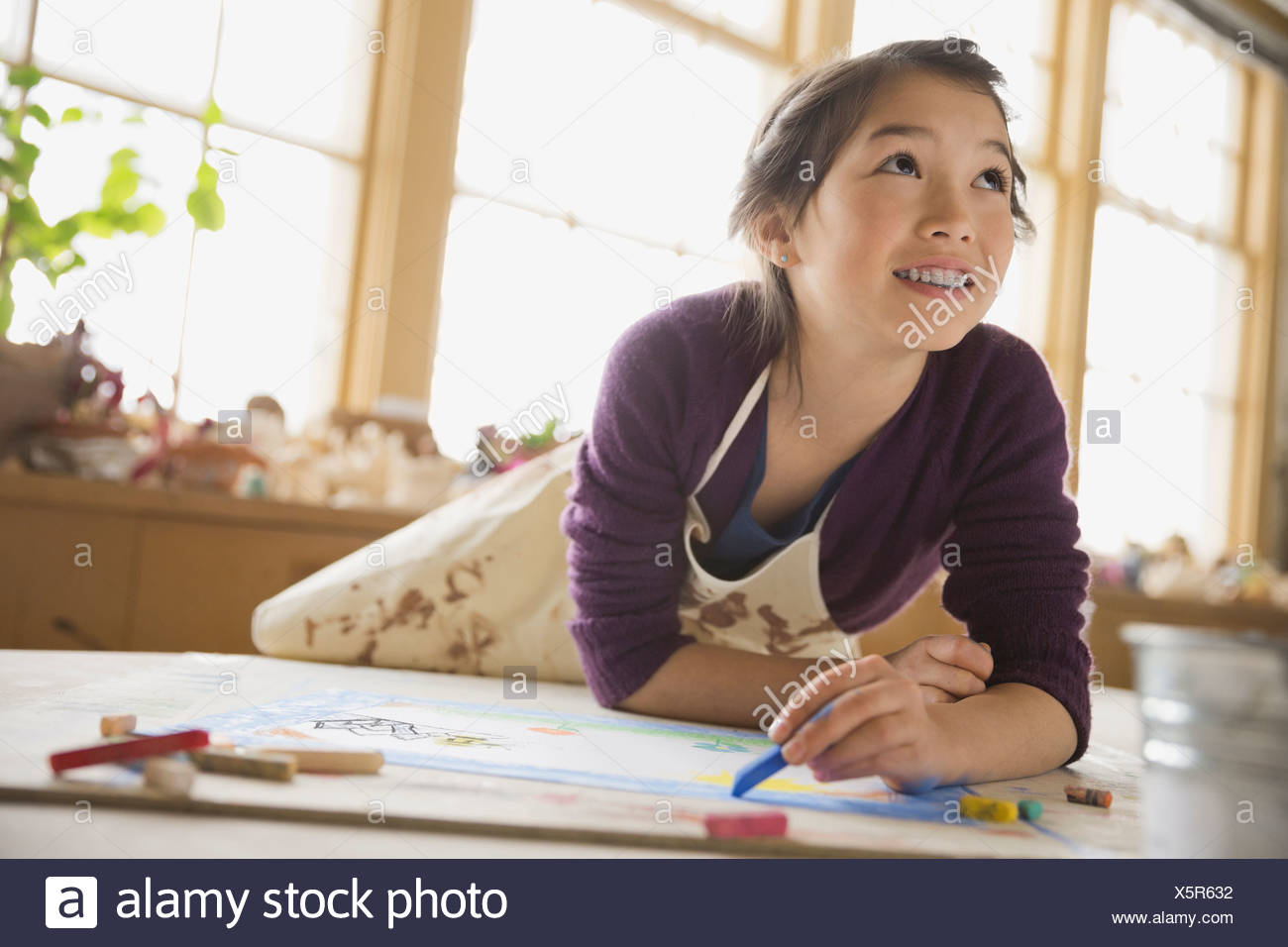 Mädchen zeichnen mit Pastellkreiden im Kunstunterricht Stockbild