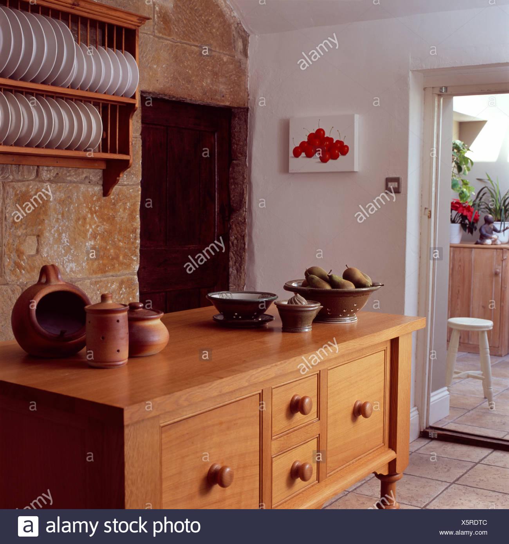 Holz Sideboard Unter Tellerhalter Im Landhaus Kuche Stockfoto Bild