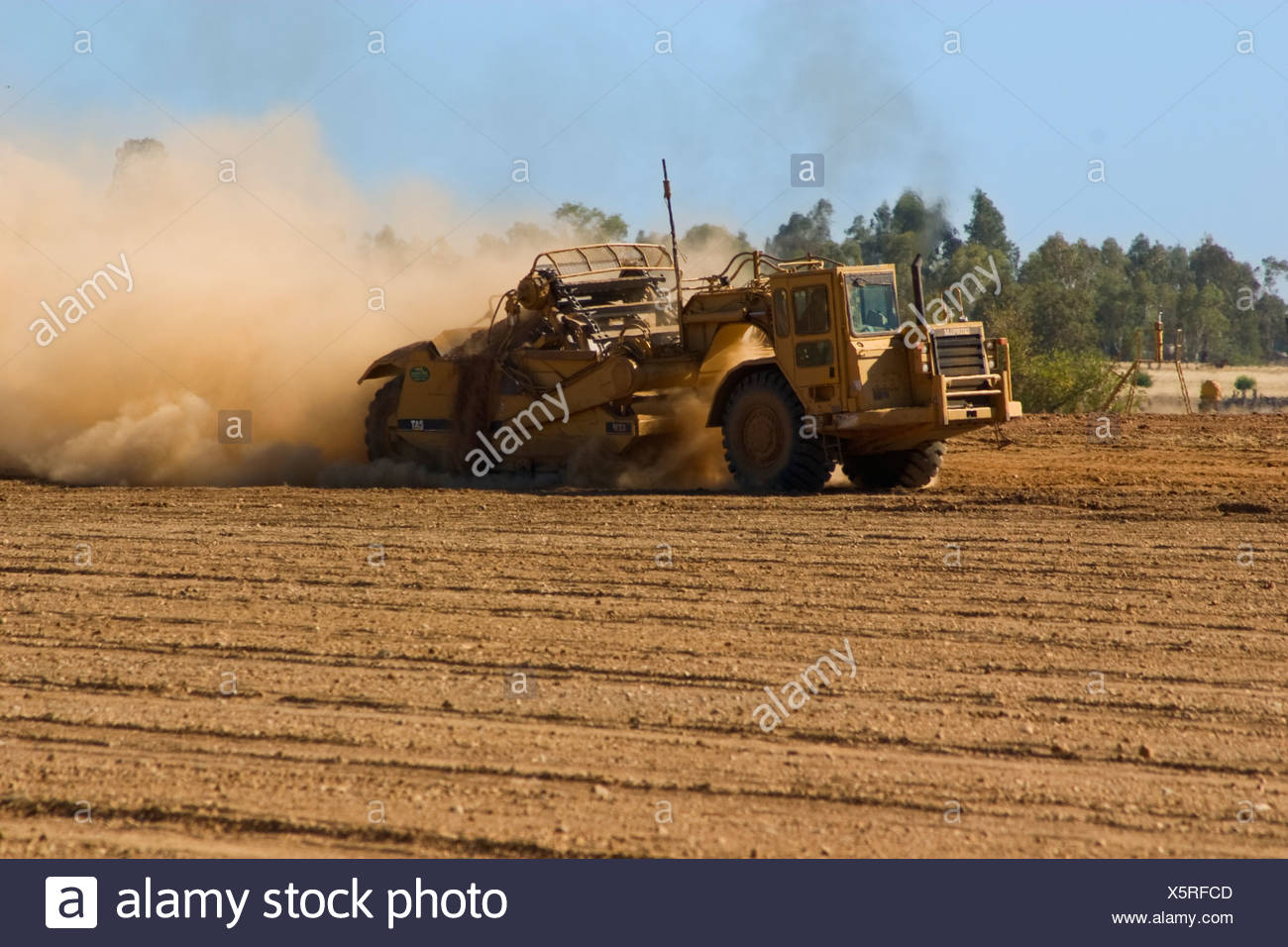 Ein Land-Aufsteiger bereitet ein Feld in der Vorbereitung für die Pflanzung eines neuen Mandel Obstgarten / Nord-Kalifornien, USA. Stockbild