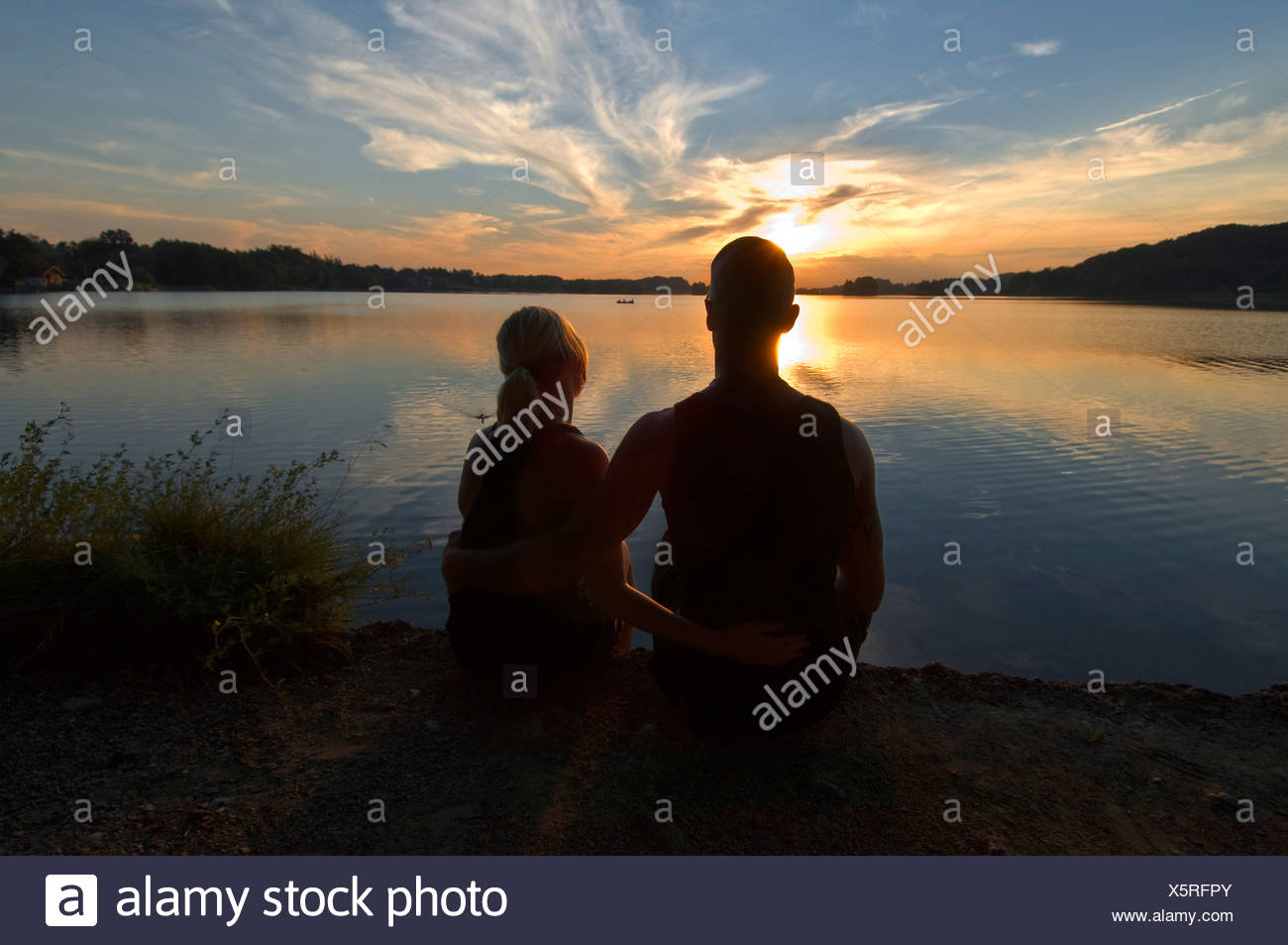Junge Liebhaber bei Sonnenuntergang am Seehamer See, Oberbayern, Deutschland, Europa Stockbild