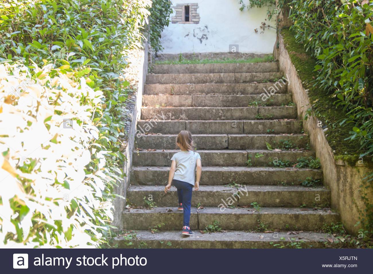 Rückansicht des Mädchens zu Fuß Schritte Stockbild