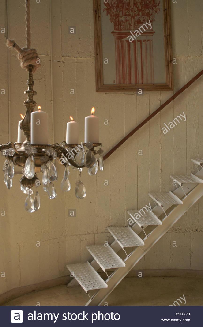 Haus: metallische Treppe Kronleuchter mit Kerzen weiße Holzwand ...