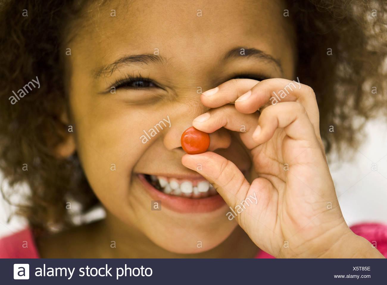 Kleines Mädchen hält Bonbon Stockbild