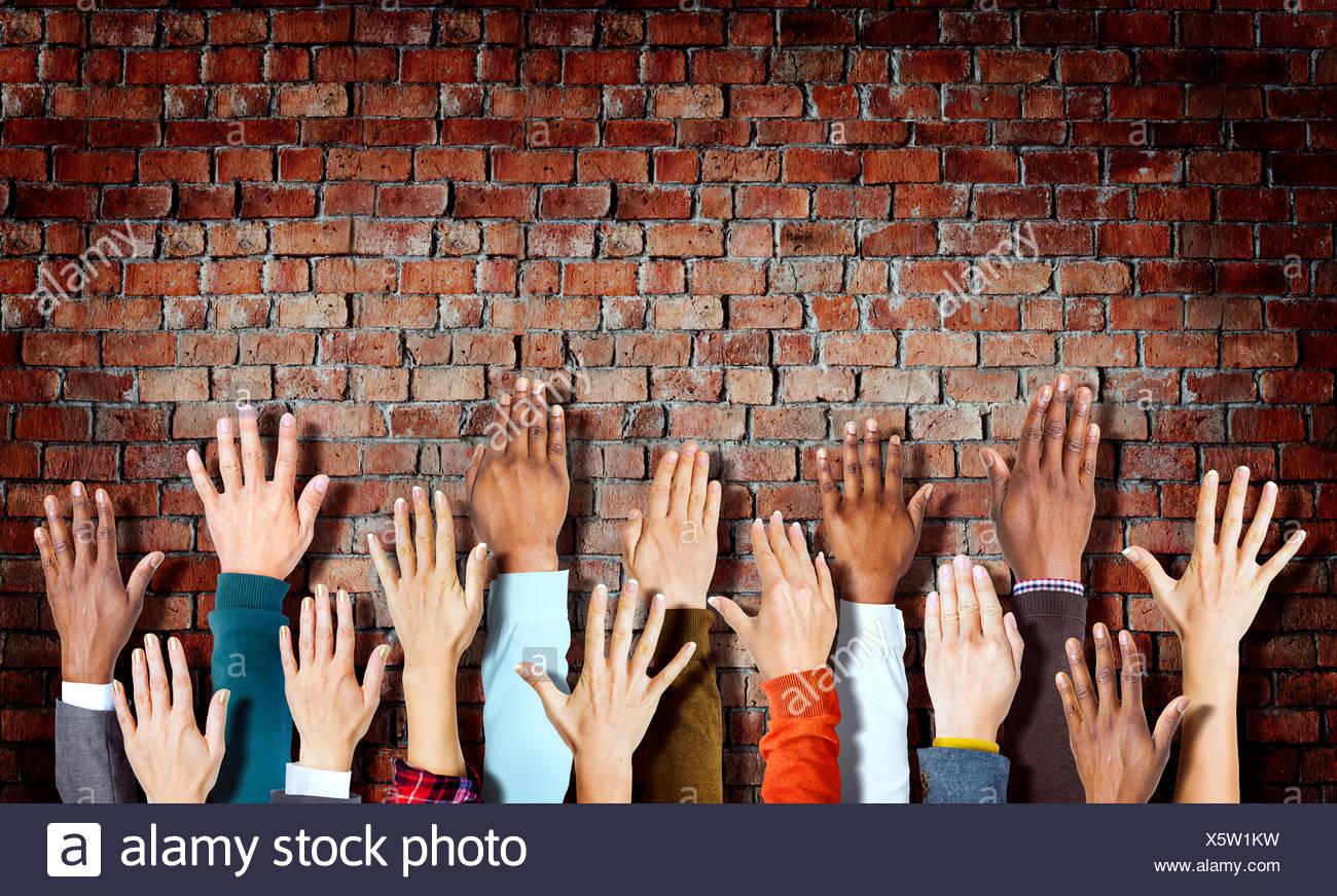 Gruppe von verschiedenen Handzeichen auf Ziegelmauer Stockbild