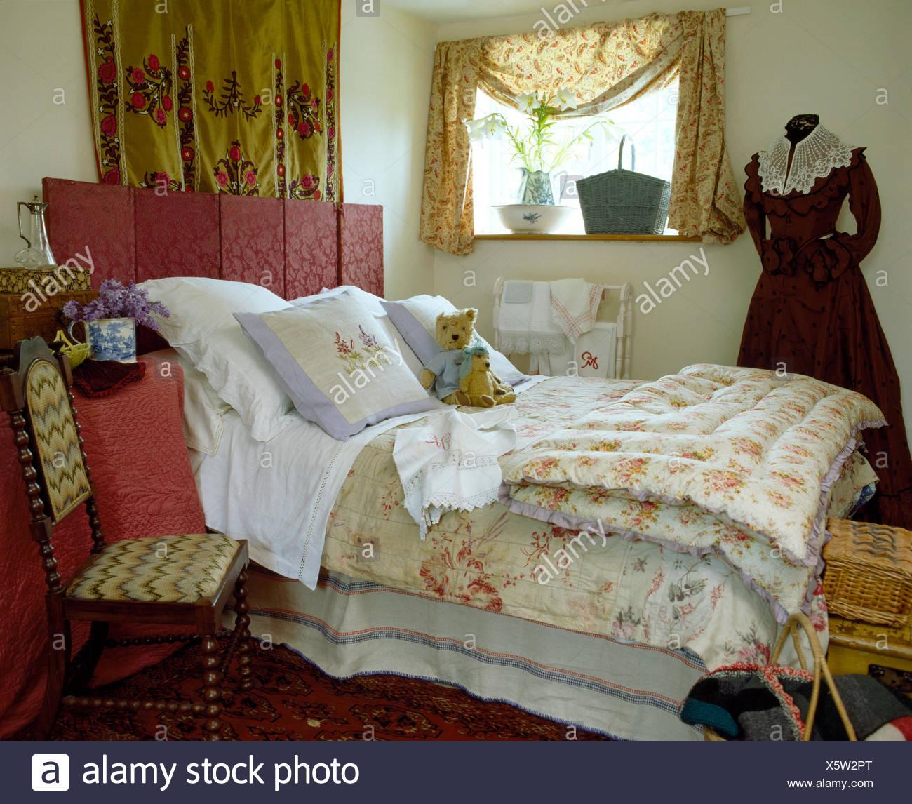 Floral Eiderdaunen Und Decke Auf Dem Bett Mit Vintage Kissen Und
