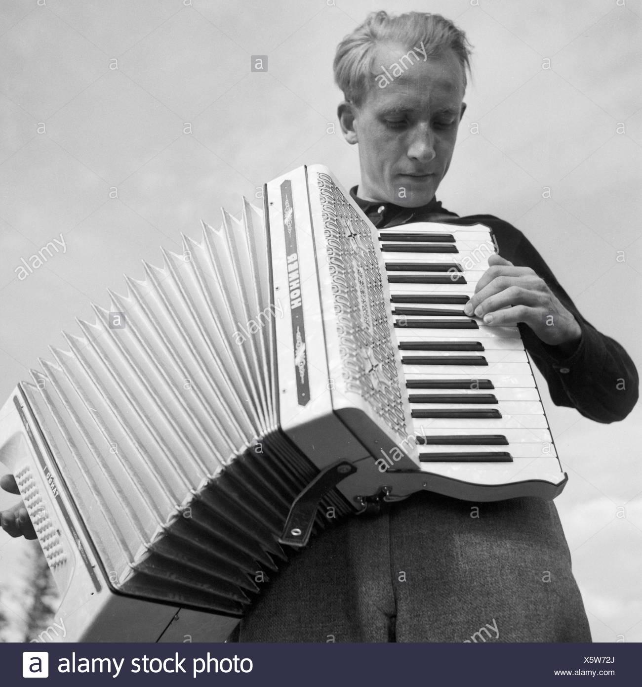 Ein Junger Mann Spielt Akkordeon, 1930er Jahre Deutschland. Ein junger Mann das Handorgelspiel, Deutschland der 1930er Jahre. Stockbild