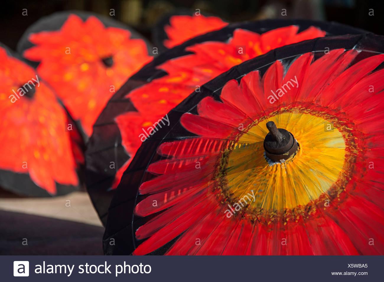 Büttenpapier bunte Regenschirme, Bo Sang, Chiang Mai, Nord-Thailand, Thailand, Asien Stockbild