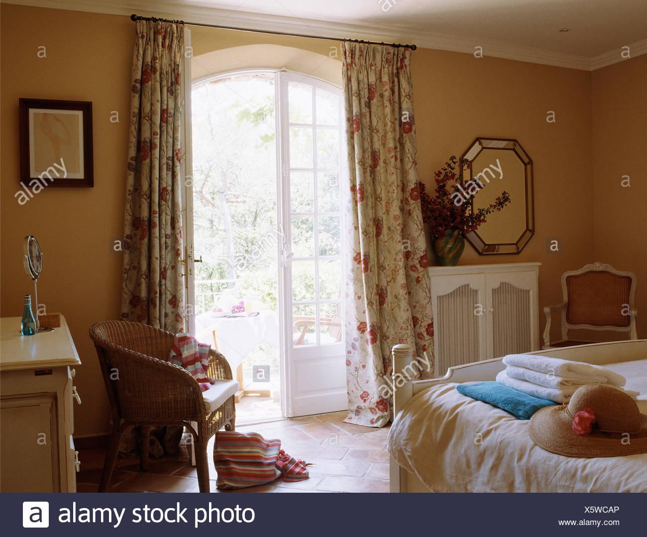 Floral Gardinen An Franzosischen Fenster In Franzosischer Landhaus Schlafzimmer Stockfotografie Alamy