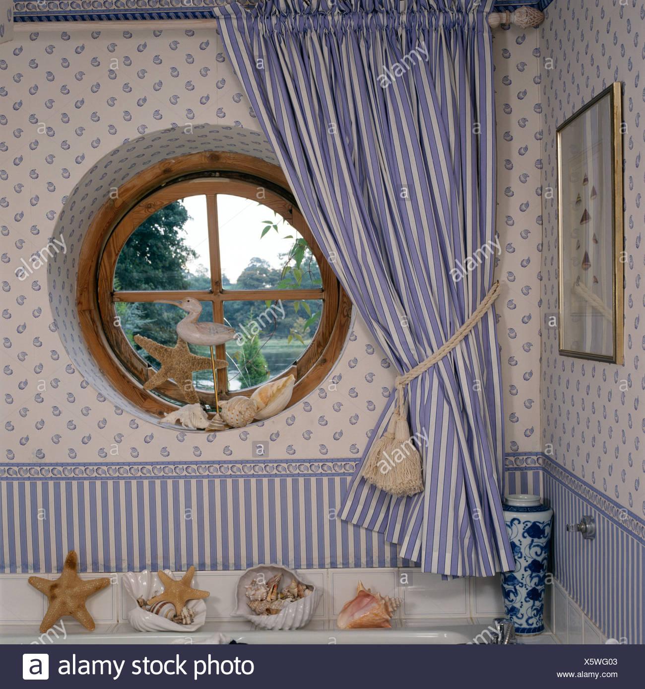 Kreisrundes Fenster Mit Blau Weiss Gestreiften Vorhang Im