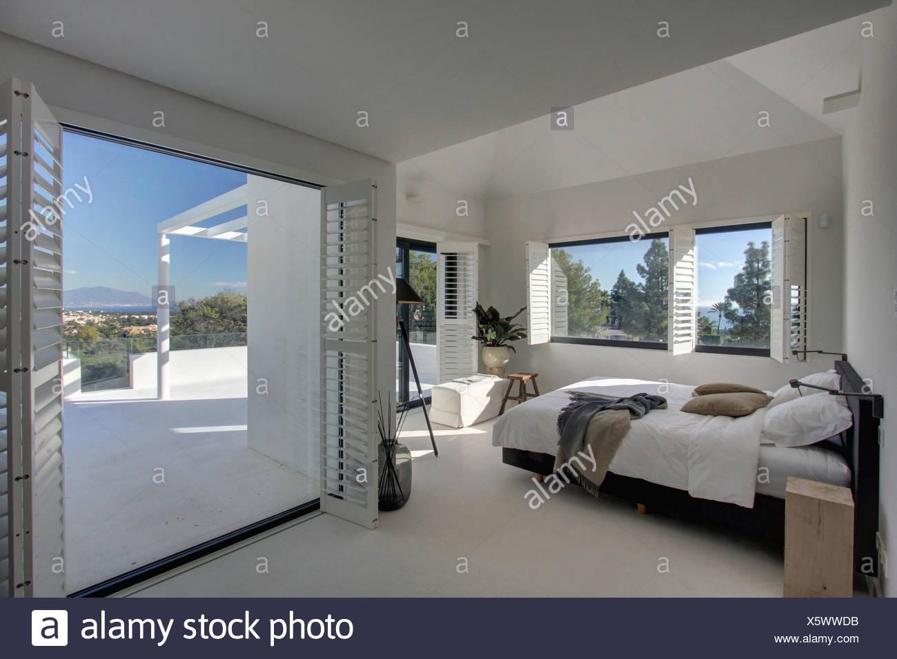 Moderne weiße Schlafzimmer mit Louvre Fensterläden auf offene Türen ...