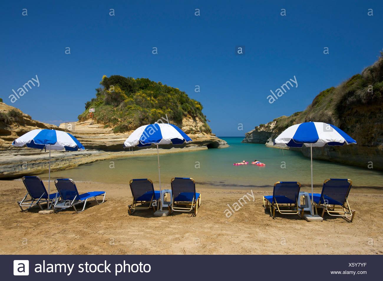 Deck liegen und Sonnenschirme am Strand, Canal d ' Amour, in der Nähe von Sidari, Korfu, Ionische Inseln, Griechenland, Europa Stockbild