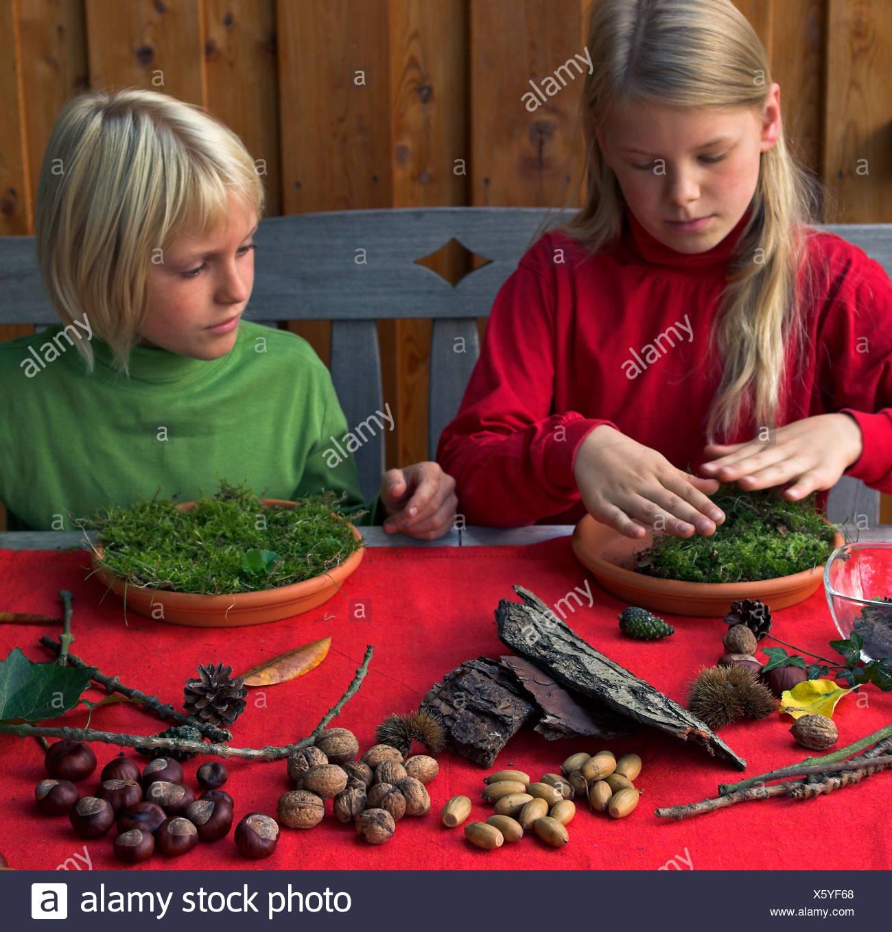 Zwei Kinder Basteln Einen Zwerg Garten Mit Naturmaterialien