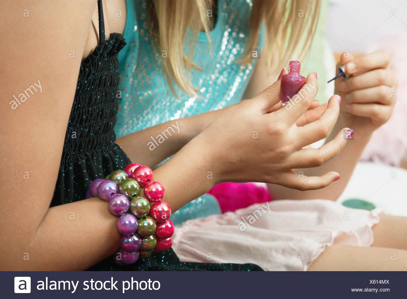 Junges Mädchen Anwendung Nagel Polieren an Freunde Fingernägel ...