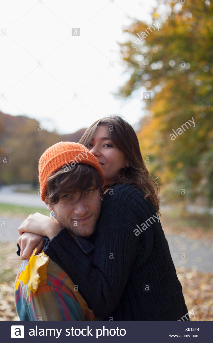 Porträt eines jungen Paares umarmen Stockbild