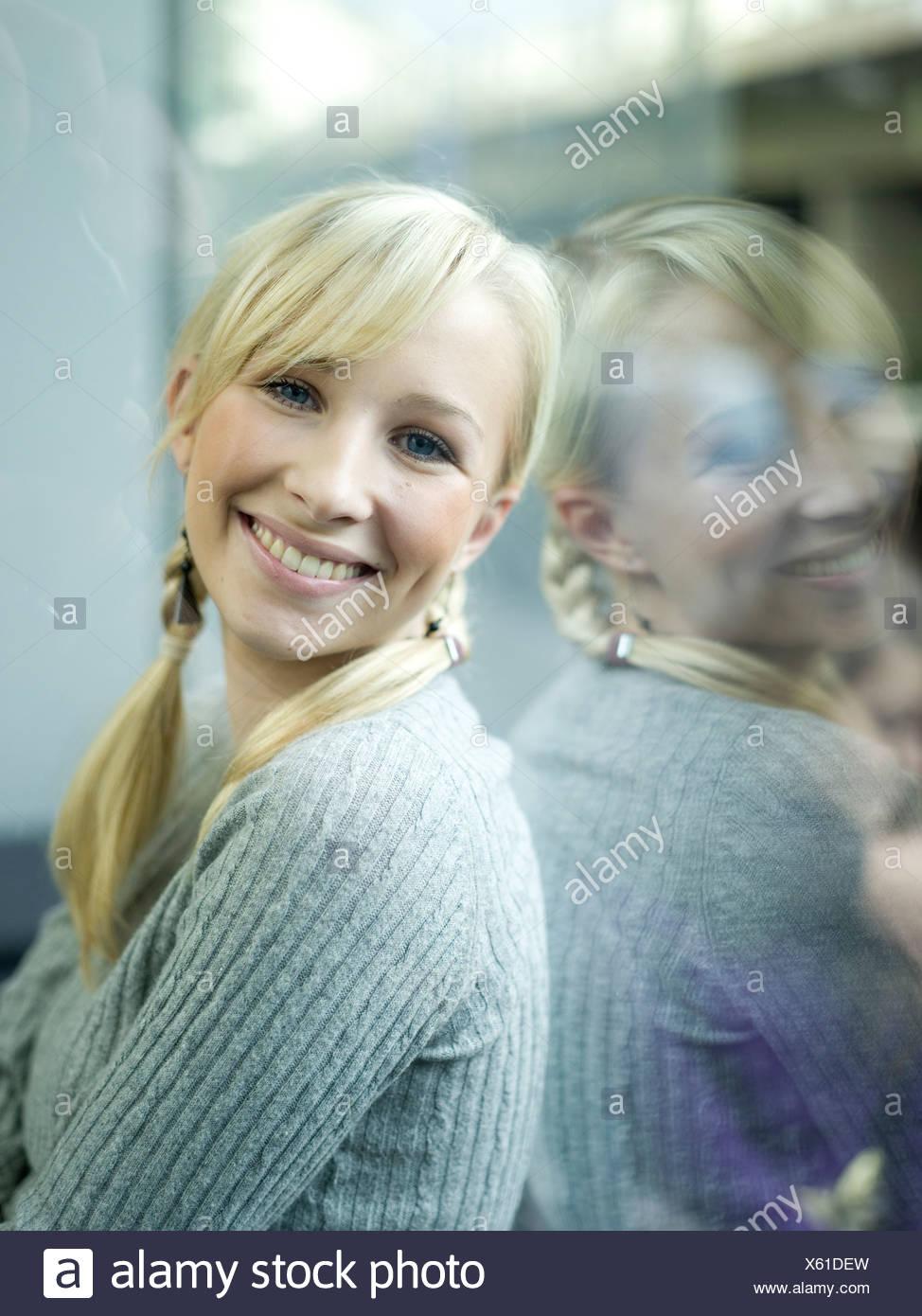 Junge Frau, Porträt, Arme verschränkt Stockbild