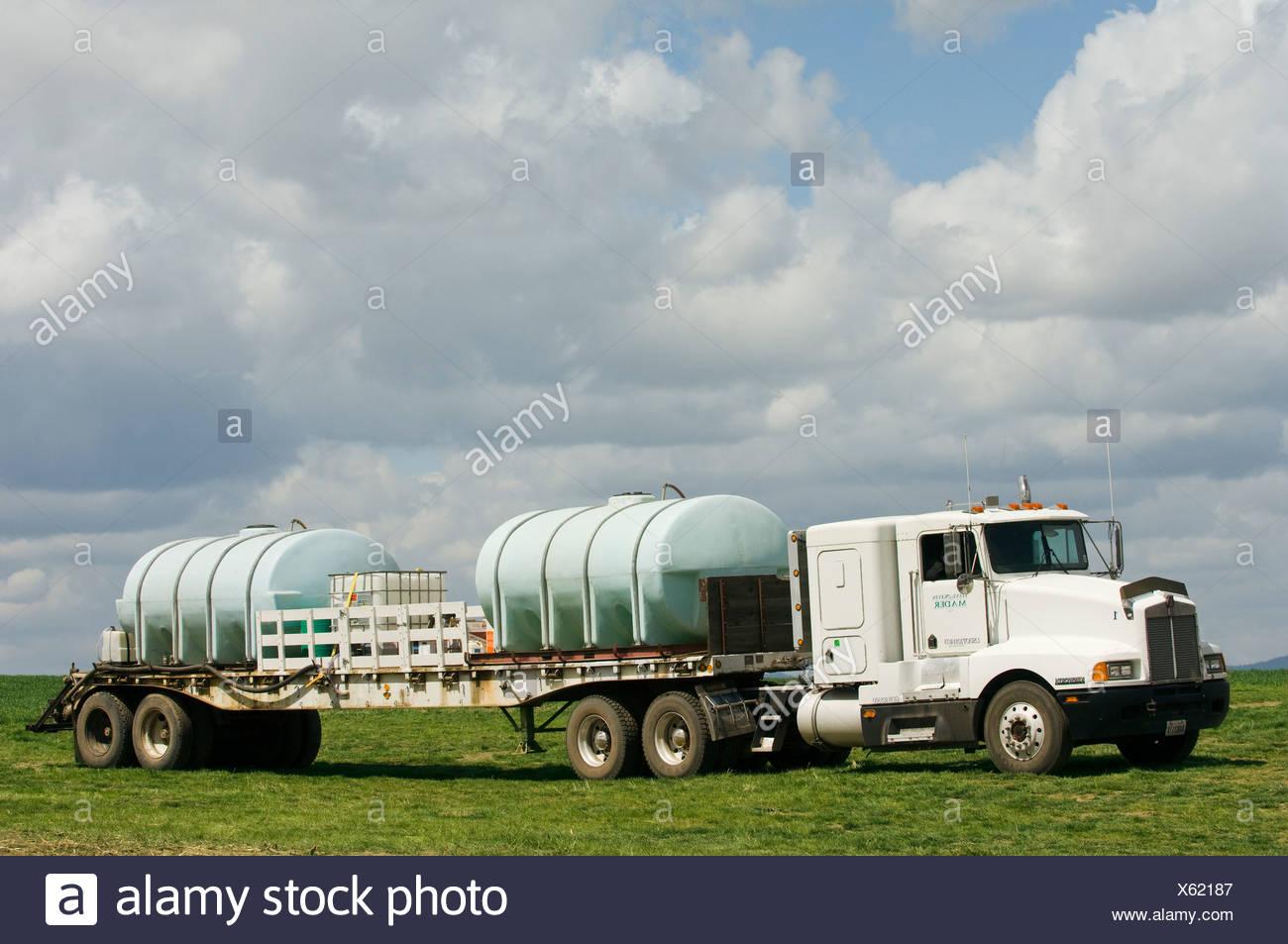 wheat truck stockfotos wheat truck bilder alamy. Black Bedroom Furniture Sets. Home Design Ideas