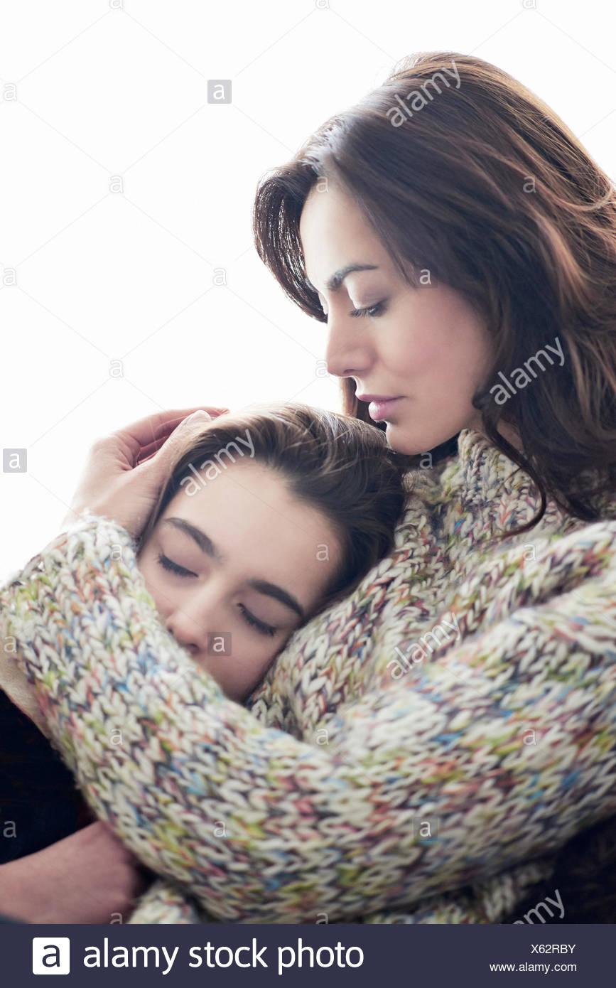 Mutter Tochter umarmt Stockfoto
