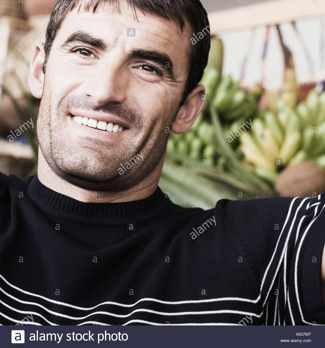 Nahaufnahme eines Mitte erwachsenen Mannes lächelnd Stockbild