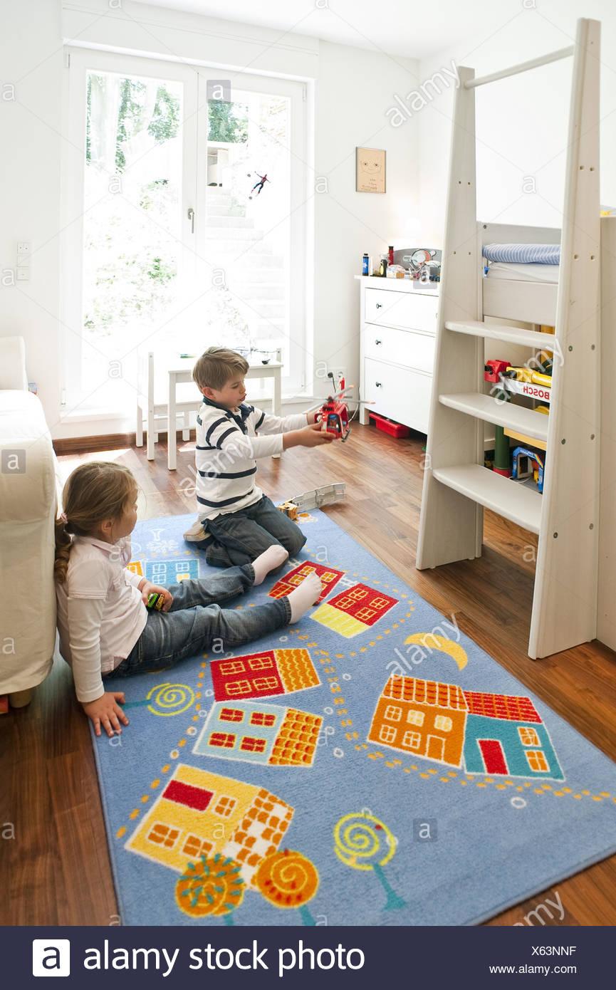 Zwei Kinder spielen im Kinderzimmer, Hamburg, Deutschland Stockfoto ...