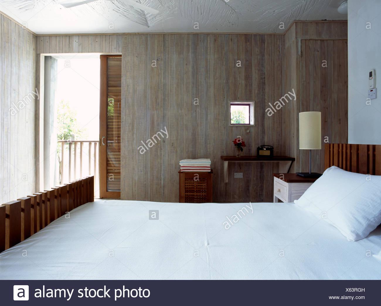 Schiebetür In Betonwand Der Moderne Schlafzimmer Mit Weißen Bettwäsche Und  Gekalkten Wandverkleidung
