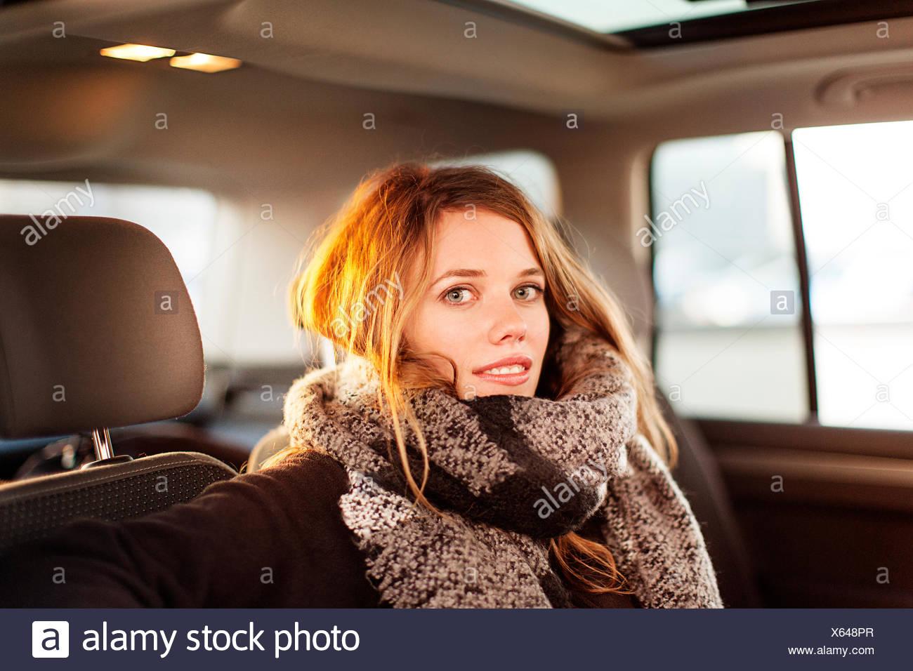 Porträt der lächelnde Frau in einem Auto Stockbild