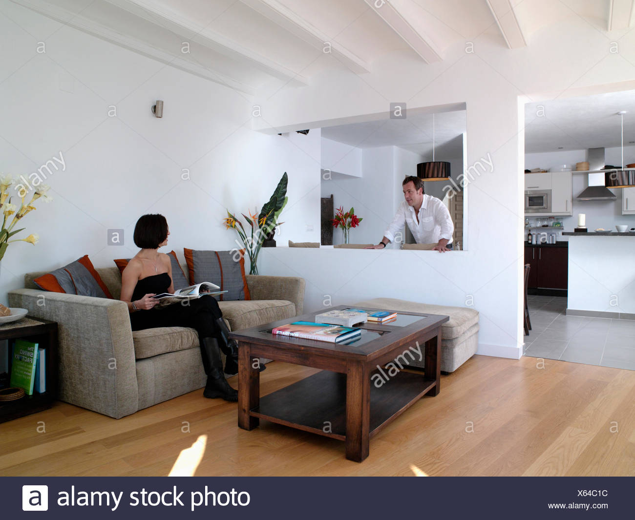 Mann stehend in die offene Küche, Wohnzimmer und im Gespräch ...