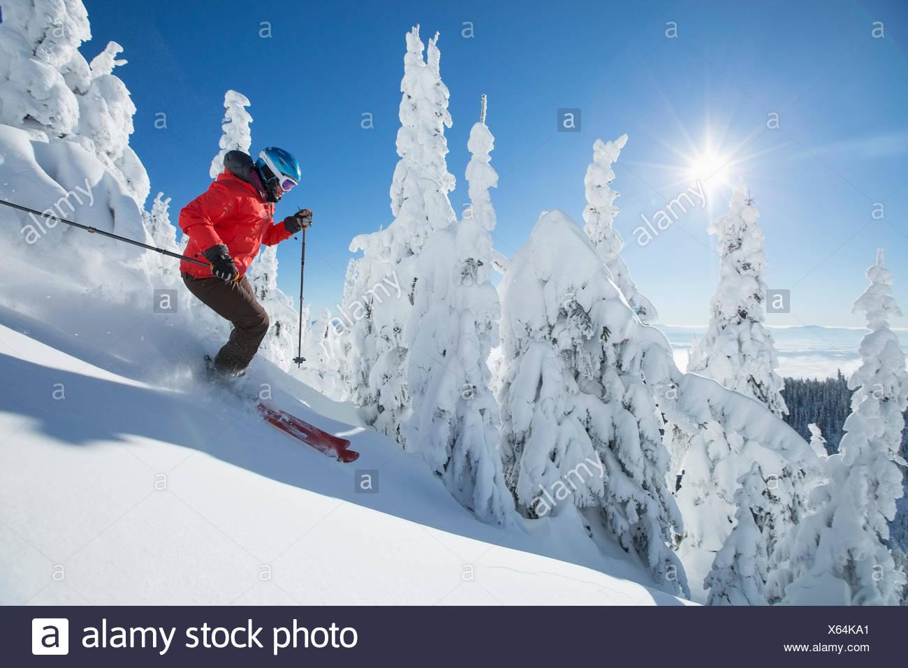 Reife Frau auf Skipiste im Sonnenlicht Stockbild