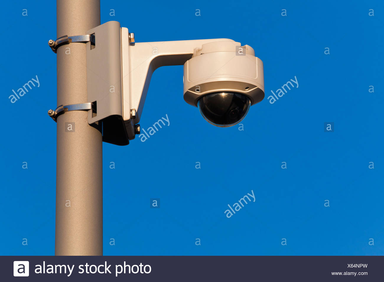 Deutschland, Baden-Württemberg, Stuttgart, Überwachung Kamera gegen Himmel, Nahaufnahme Stockbild